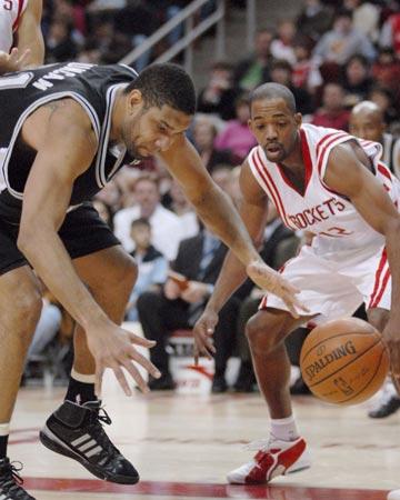 图文:[NBA]火箭主场战马刺 邓肯遭遇抢断