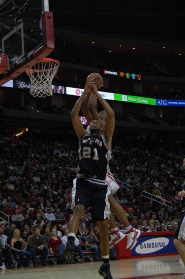 图文:[NBA]火箭主场战马刺 兰德里羞辱邓肯