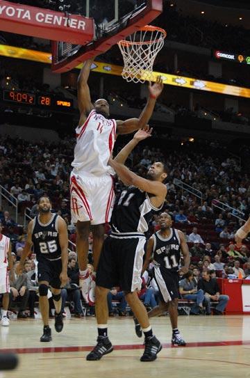 图文:[NBA]火箭主场战马刺 兰德里暴扣邓肯