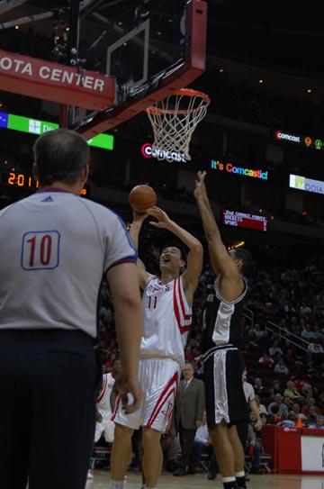 图文:[NBA]火箭主场战马刺 姚明内线进攻