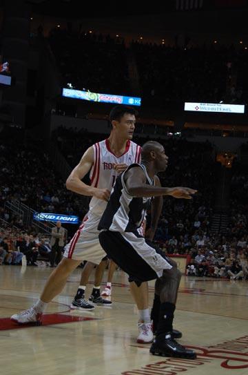 图文:[NBA]火箭主场战马刺 姚明积极防守