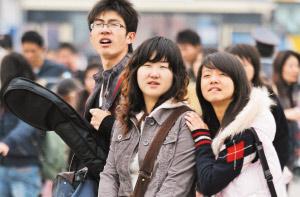 昨日是春运第二天,在广州火车站广场,返乡学生身影明显增多。广州日报记者 庄小龙 摄