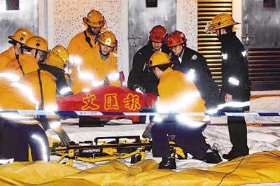 自27楼跳下的男子被救起送医。