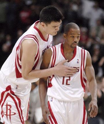 图文:[NBA]火箭主场胜马刺 姚明与阿尔斯通