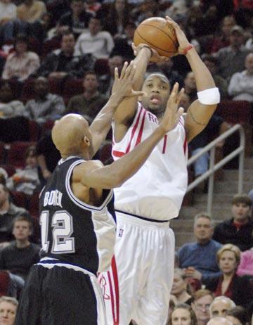 图文:[NBA]火箭主场胜马刺 麦迪后仰投篮