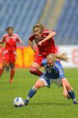 图文:[女足]加拿大VS芬兰 奋力拼抢