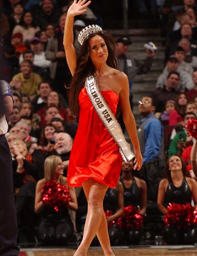 图文:[NBA]公牛胜活塞 公牛美女获伊利诺斯小姐