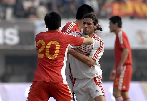 图文:[热身赛]国足VS黎巴嫩 李玮峰与对手纠缠