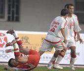 图文:[热身赛]国足0-0黎巴嫩 王栋倒地险走光