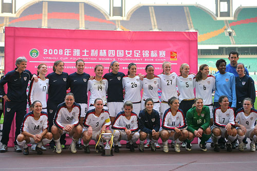 图文:[四国赛]中国0-1美国 冠军队伍合影