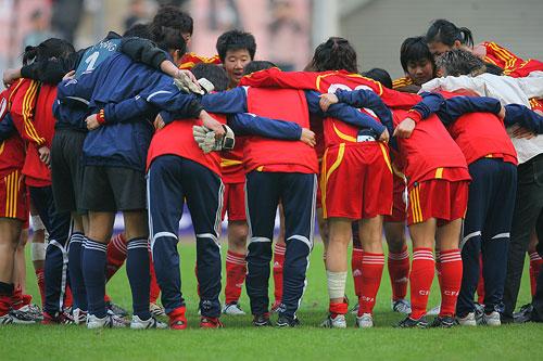 图文:[四国赛]中国0-1美国 喊口号自我加油