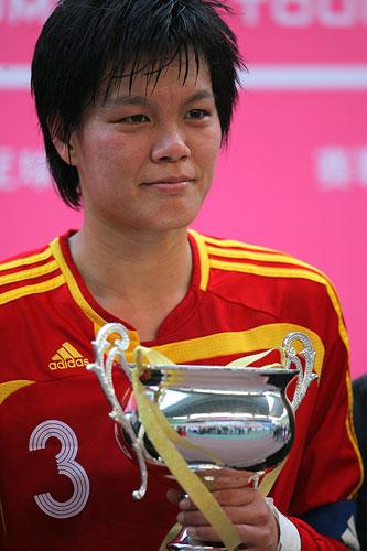 图文:[四国赛]中国0-1美国 李洁代表中国领奖