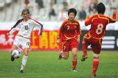 图文:[四国赛]中国0-1美国 用身体封堵射门