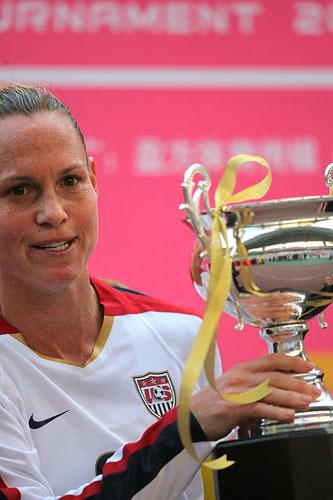 图文:[四国赛]中国0-1美国 美国捧起冠军奖杯