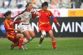 图文:[四国赛]中国0-1美国 美国球员遭遇包夹