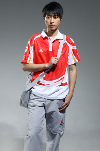 图文:北京奥运残奥制服发布 工作人员背包