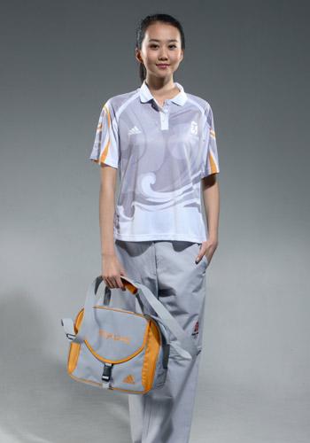 图文:北京奥运残奥制服发布 技术官员腰包