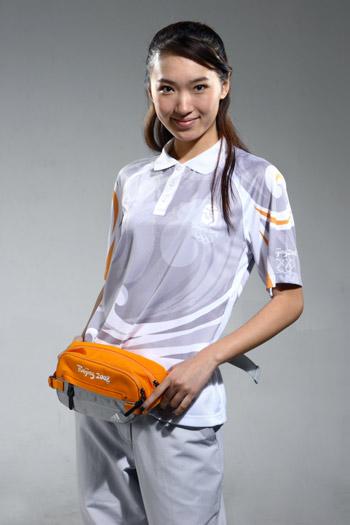 图文:北京奥运残奥制服发布 技术官员腰包展示