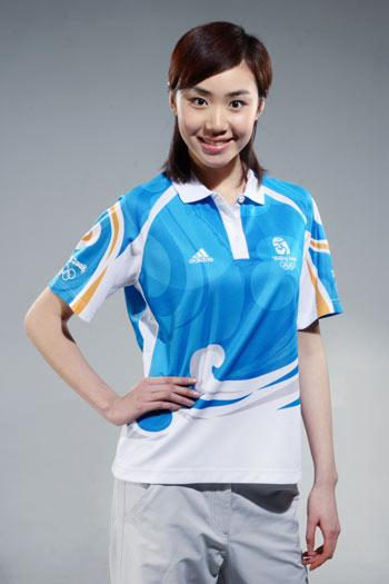 图文:北京奥运残奥制服发布 志愿者制服正面