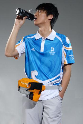 图文:北京奥运残奥制服发布 志愿者水壶展示