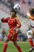 图文-女足四国赛中国队屈居亚军 韩端紧盯来球