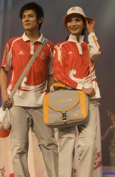 图文:奥运会残奥会制服发布 工作人员制服展示