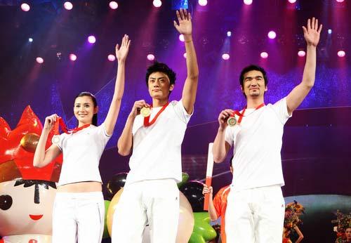 图文:奥运会残奥会制服发布现场 模特展示奖牌