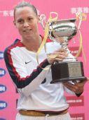 图文-女足四国赛美国队夺冠 美国队长高举奖杯
