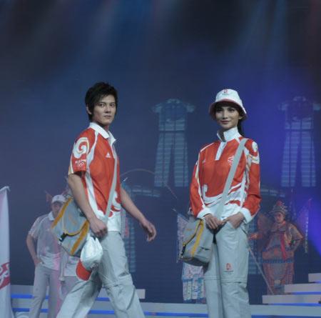 图文:北京奥运会残奥会制服发布 工作人员服装
