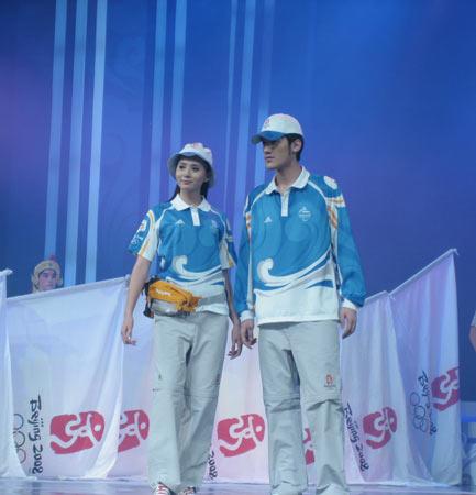 图文:北京奥运会残奥会制服发布 志愿者服装