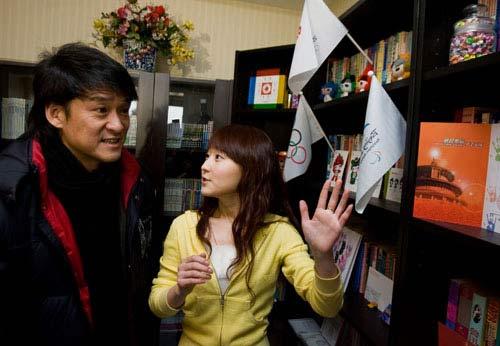 董杨(左)向周华健介绍自己志愿者经历