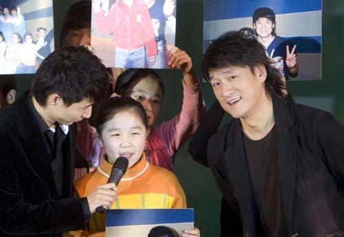 周华健与参与拍摄的孩子们在现场演唱《我是明星》