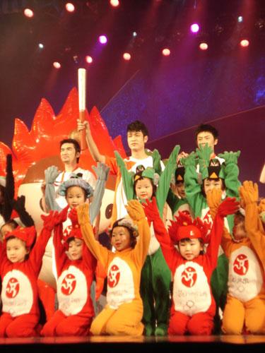 图文:奥运会残奥会制服发布 奥运火炬展示