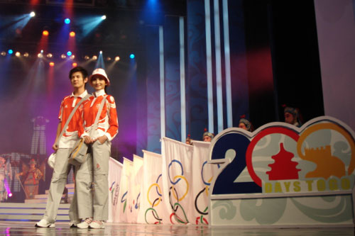 图文:奥运会残奥会制服发布 模特展示制服