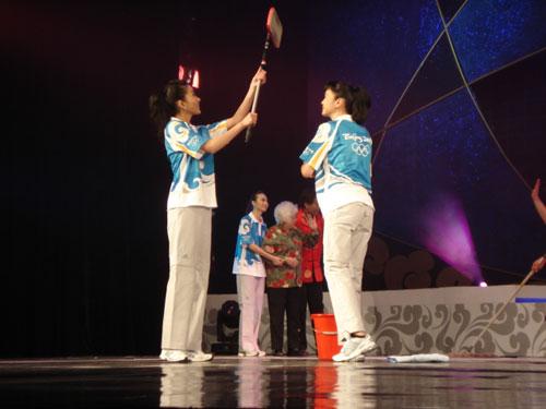 图文:奥运会残奥会志愿者服装展示秀之三
