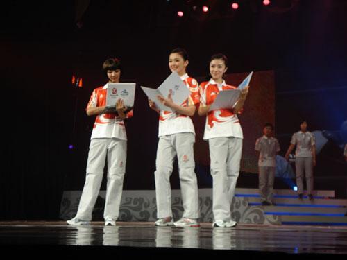 图文:奥运会残奥会工作人员制服展示秀之一