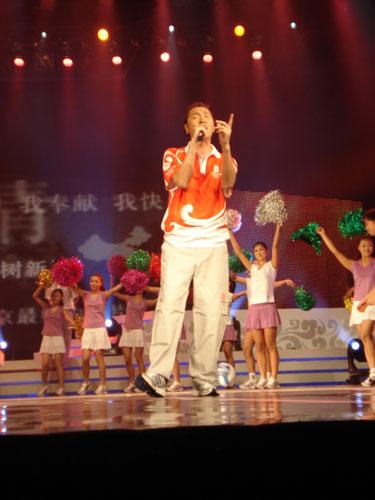 图文:奥运会残奥会制服发布 孙楠身着制服
