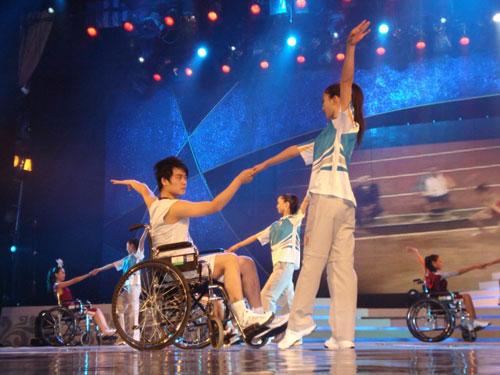 图文:奥运会残奥会志愿者服装展示秀之四