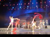 图文:奥运会残奥会制服发布 舞台彩带飞舞