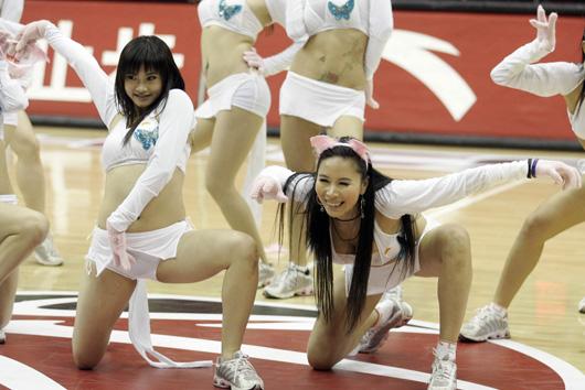 图文:cba篮球宝贝热舞助兴