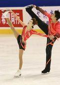 图文:冬运会双人滑自由滑 张丹张昊动作优美