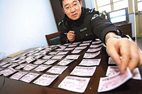 铁警正在清点收缴的火车票。