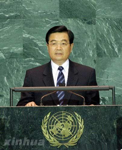 资料图片:2005年9月15日,联合国成立60周年首脑会议举行第二次全体会议,国家主席胡锦涛出席会议,并发表了题为《努力建设持久和平、共同繁荣的和谐世界》的重要讲话。新华社记者 李学仁 摄