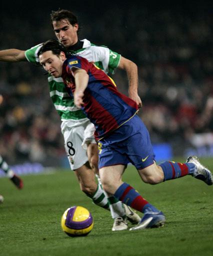 图文:巴萨1-0桑坦德 梅西过人摆脱