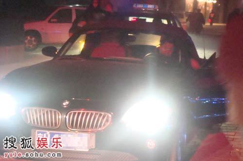 王中磊独自驾车离去