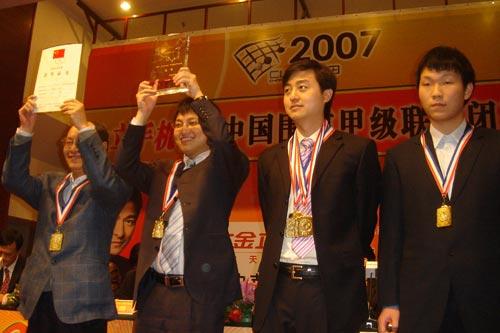 图文:2007金立手机杯围甲闭幕 冠军上海队领奖