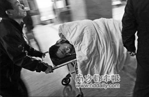 被撞的人正由白云学院的工作人员推往医院里治疗的相关科室。