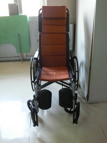 图文:中国男排医院探病 医院为汤淼特制的轮椅