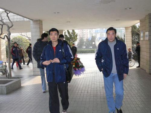 图文:中国男排医院探病 教练周建安与领队张洛