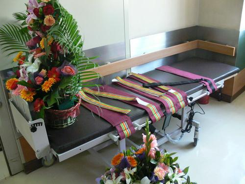 图文:中国男排医院探病 汤淼专用的站立床